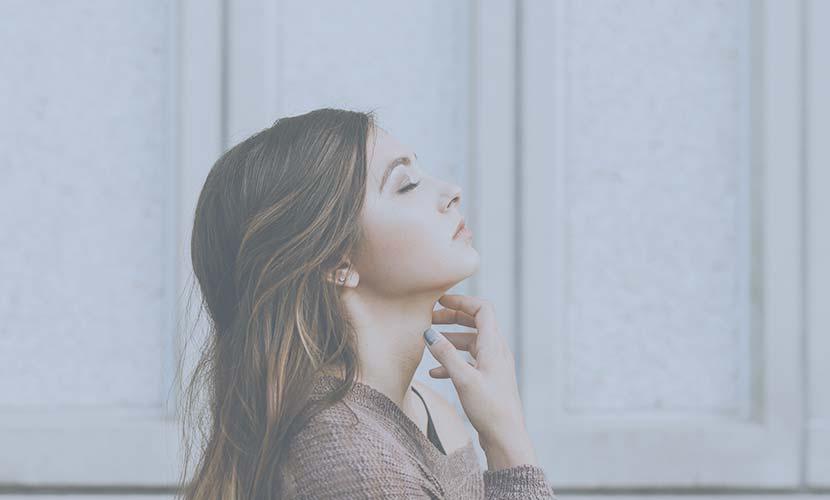気になる首の縦じわに 顔を下に引っ張る筋肉の力を弱めて上下に引っ張り合う力のバランスを調整し、たるみや気になる首の縦ジワを改善する施術です。
