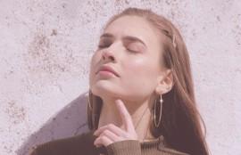 自己のヒアルロン酸と融合して皮膚にふくらみを持たせ、しわやハリを改善