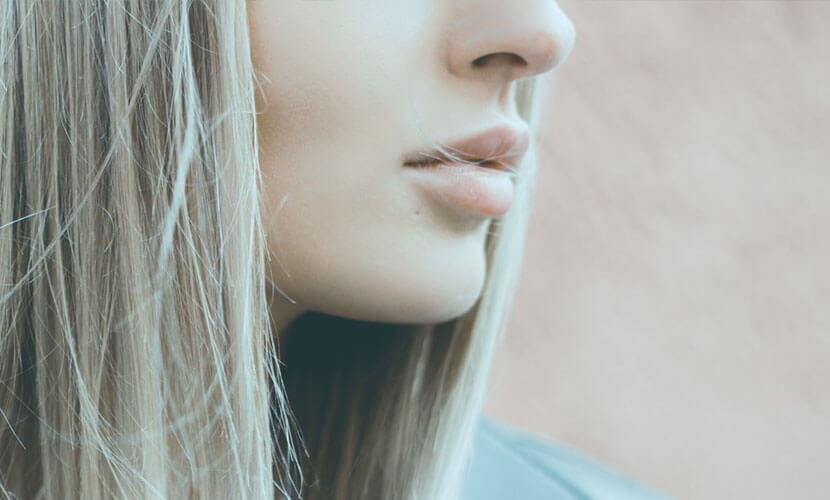 お顔の輪郭を整え、知的で上品に 口の中を切開するので、 お顔に見える傷が残りません。